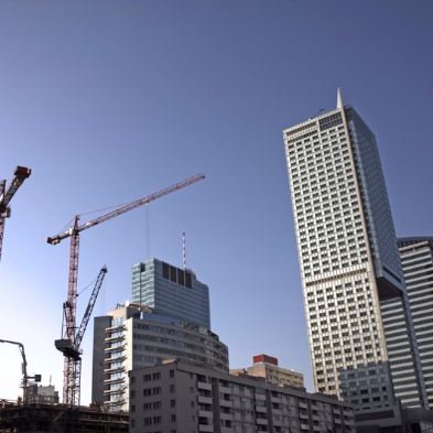 Hochhäuser kurz vor der Fertigstellung. Kräne im Hintergrund.