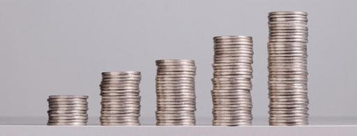 5 unterschiedliche hohe Stapel an 1€-Münzen